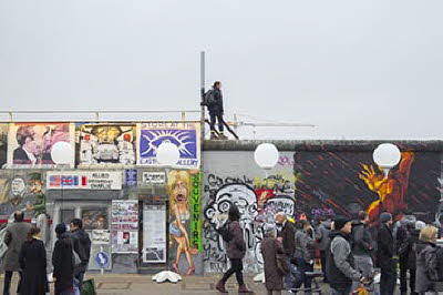East Side Gallery mit Leuchtballons 2014
