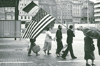 Gruppe mit D-US-Fahne am Checkpoint Charlie 1990